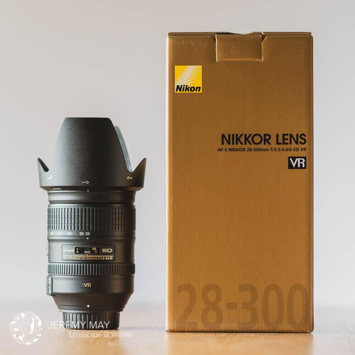 l'objectif AF-S Nikkor 28-300mm f3.5mm-5.6G ED VR et son pare-soleil en tulipe