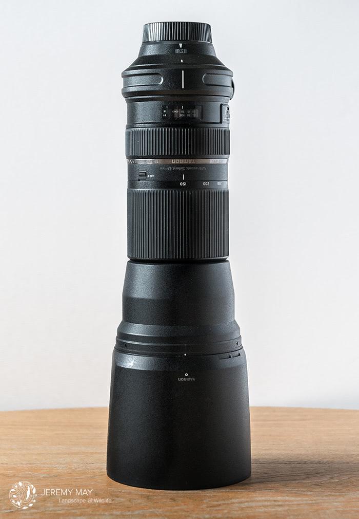 Le Tamron SP 150-600 mm f/5-6.3 VC USD et son pare-soleil (Zoom rétracté à 150 mm)